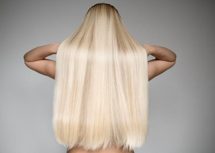 capelli lisci con la piasta
